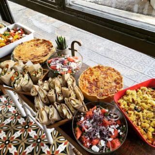 Picnic🌞🍾🌿  Ha llegado el buen tiempo y con ello las ganas de compartir una buena comida al aire libre!   Ya están a punto de recoger su comida para celebrar!   Feliz domingo!  #cateringbarcelona  #picnictogo #homecookedfood #takeawaybarcelona